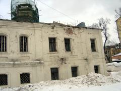 На фото вы видите южный фасад до начала реставрации. Вместо свода здесь устроено плоское железобетонное перекрытие.