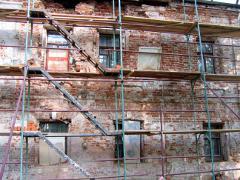 На южном же фасаде дела обстояли куда хуже. Если посмотреть на фото изображен южный фасад до начала работ, то может показаться, что повреждены только штукатурный и покрасочный слои, однако после расчистки фасада от штукатурки все оказалось гораздо серьезнее.