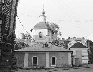 Церковь Сергия в Крапивниках в Москве. Вид с севера. Колокольня еще не восстановлена. 1 июля 1995 года